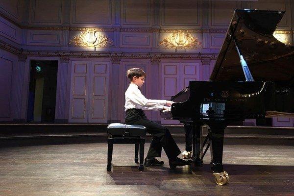 Piyano ve çocuk